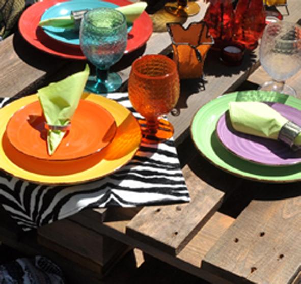 Crockery hire berlin. Zebra Rose. Colourful ceramics and glasses