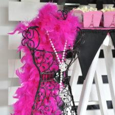 Paris mottoparty. Schwarze Drahtpuppe mit rosa federschal. Paris mottoparty Berlin Dekoverleih | Paris theme party decor hire Berlin Wire bust with feather scarf