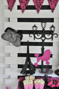 Lamppost silhouette paper art, bling handbag. Paris theme party decor hire Berlin | Dekoverleih Berlin Papierkunst